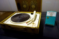 Electrophone Melovox,1959, valise tourne-disques dotée d'un amplificateur à lampes et de deux hauts-parleurs. Sur la droite : Radio Emerson 888. Poste à transistors de poche fonctionnant sur batterie.