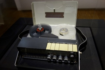 Uher 4000 Report-S (RFA), 1961. Magnétophone à bande mono de reportage pouvant fonctionner sur batteries.
