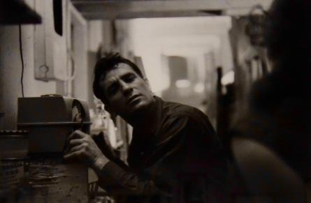 Jack Kerouac s'écoutant à la radio, 1959, © John Cohen