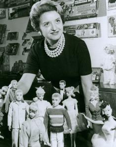 Ruth Handler entourée de ses créations dans les années 60 (archive Mattel)