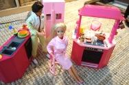 Une cuisine aménagée aux couleurs du rose pantone Barbie (219 C)