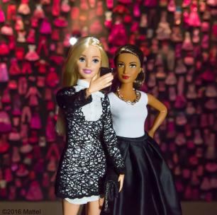 Barbie au vernissage de l'exposition qui lui est dédiée à Paris. Selfie dans l'ultime pièce qui expose sa garde-robe !