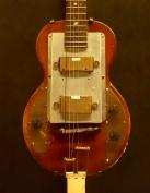 """Cette guitare solidbody a été intégralement fabriquée par l'ingénieur du son et jazzman Hedley Jones, au moment où Les Paul édite sa première guitare électrique """"Les Paul""""."""