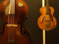 Contrebasse Kay utilisée par Lloyd Brevett et guitare Hofner utilisée par Jah Jerry.