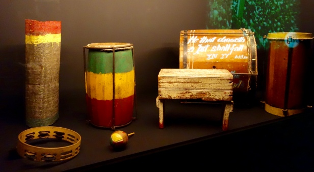 Percussions Naybinghi qui ont été jouées par The Count Ossie Rastafarian Drummers et The Mystic Revelation of Rastafari