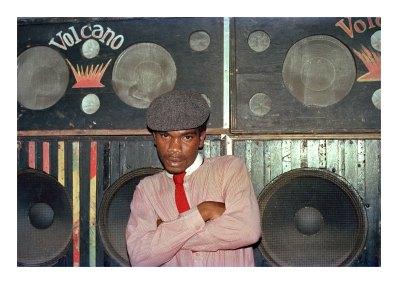 Le DJ El Figo Barker devant le sound-system Volcano, 1984 © Beth Lesser
